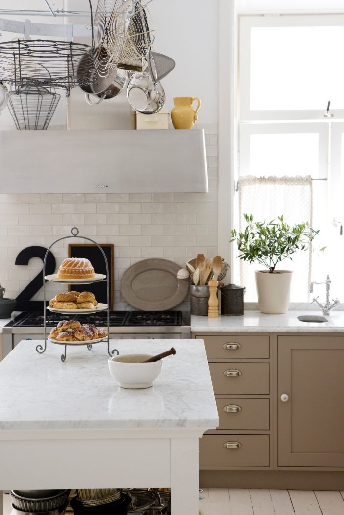 Fantastiska Kok : Luckorna i beige ger en voldigt varm ton ot koket som annars kan